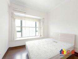 此房是精装三房,中高楼层,主卧视野开阔,两证满两年