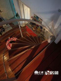 该房是顶层复式楼,相当于买一层送一次采光好精装修,房东急售,看房方便