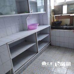 房子是一室一厅改的小两房。
