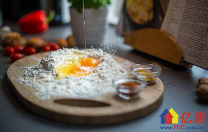 breaking-egg-flour-spices-407073.jpeg