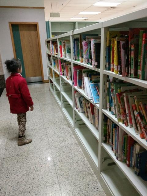 去图书馆看书图片