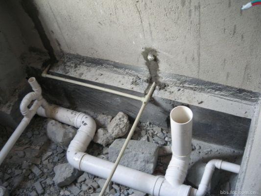 右边大排水管为马桶排污口,没有水弯;卫生间的排水管与楼房的下水管