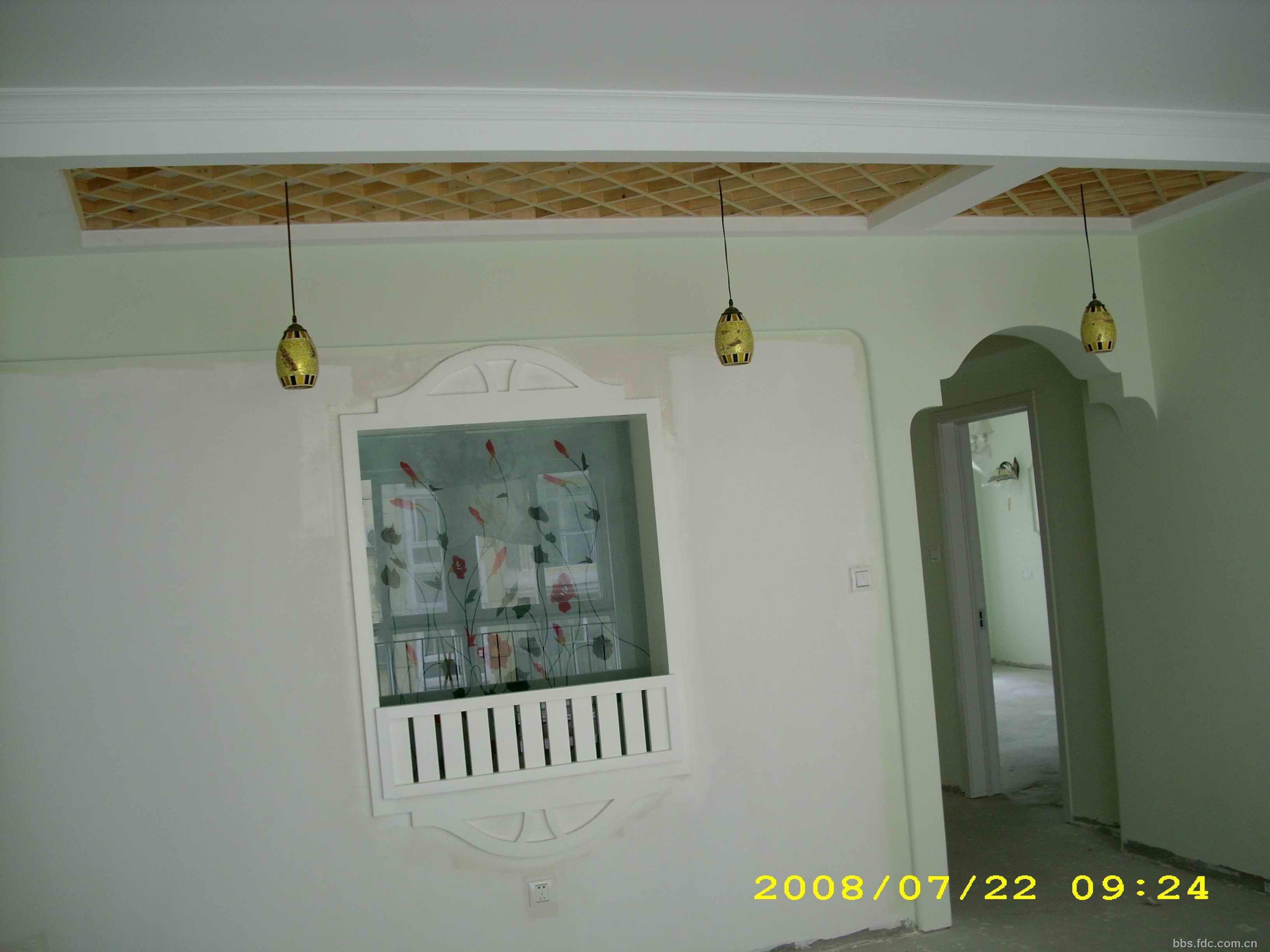 木格栅的吊顶与墙面造型的辉印