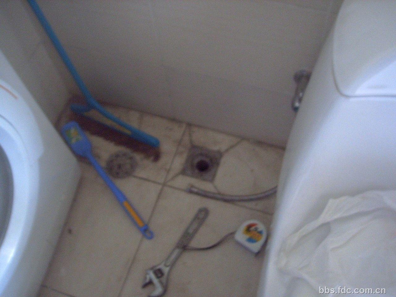 因为楼下漏水非常慢,象那样的速度滴水肯定还要滴水