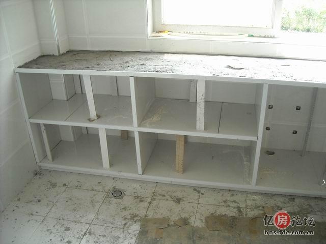 我家的瓷砖夹水泥和铝合金边框的橱柜制作完毕