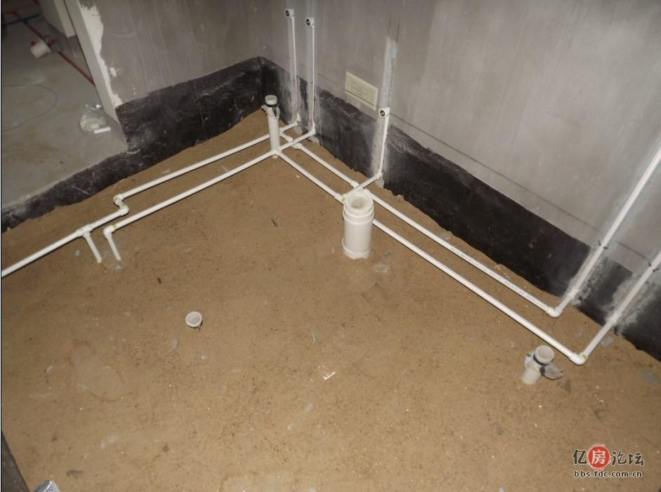 二楼的卫生间的排水管口也都做好了