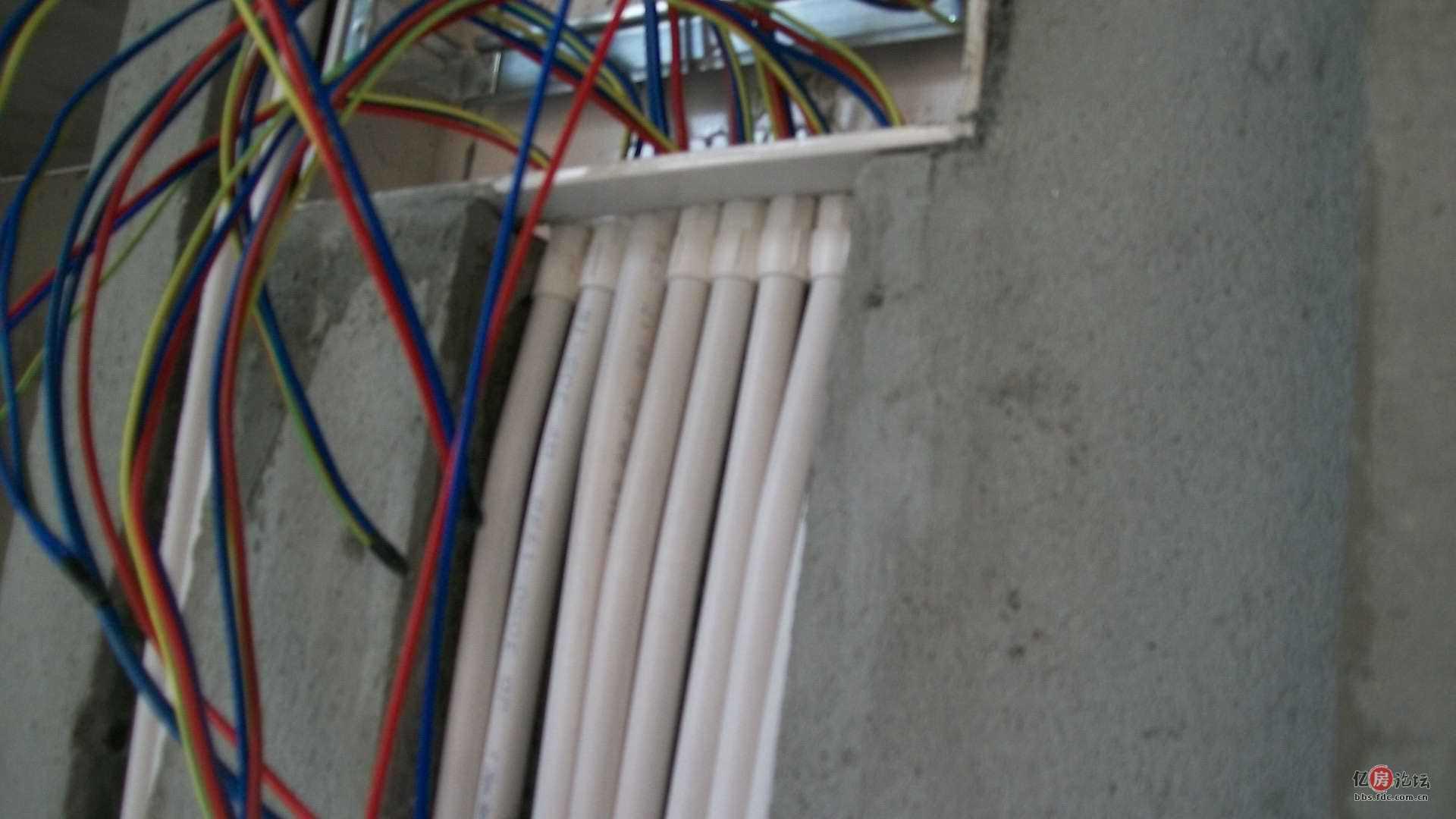 01:11|显示全部楼层   电路继续施工,每层楼的空气开关箱也采用锁扣