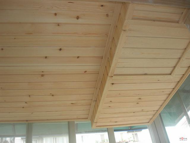 上图先  厨房的杉木板吊顶  原来的样子  刷过后