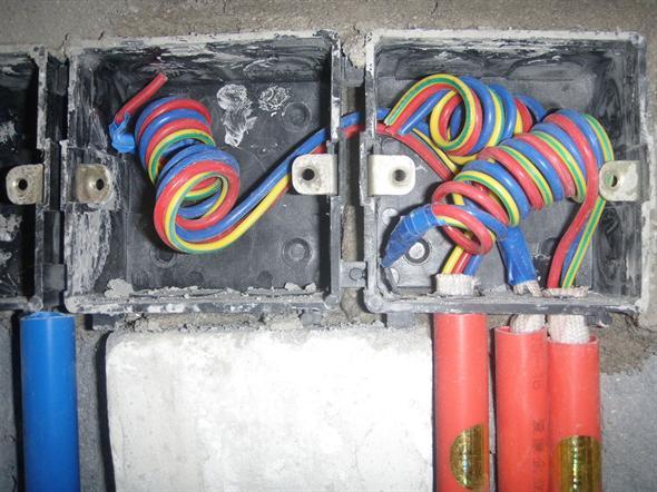 这个接线盒入口,同事家装修说都是搞的锁扣直接