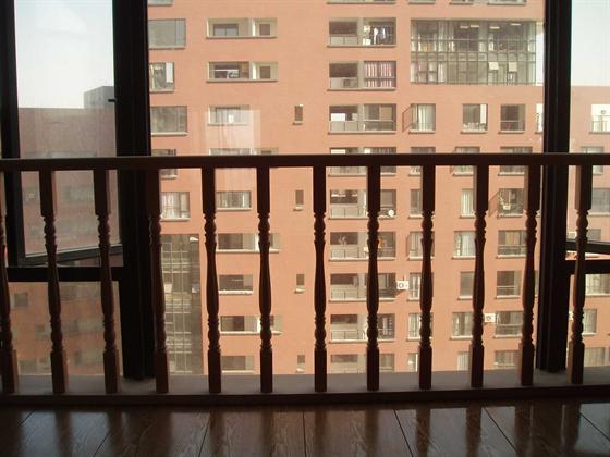 lily家窗台的木栏杆