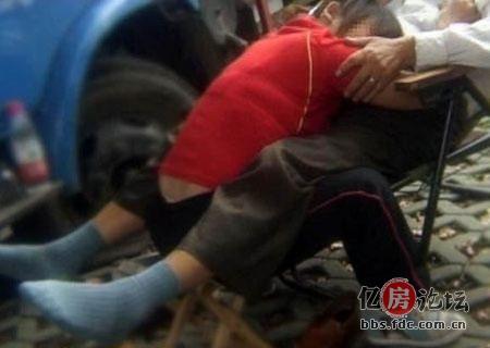 亚汌色情电影_(有图有真相)武汉大桥下的色情按摩女,黄碟黄书公然摆