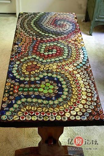 用各種顏色瓶蓋拼在桌面上,組成了梵·高的《星空》.圖片