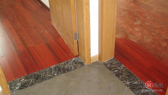 实木地板 ,铺装不用压条。 现在安装实木地板从打地垄到安装地板,都是商家一手施工的。有关地板的任何质量问题就找商家。但是,有一个不合理的地方应注意。包干的师傅在地板与大理石门槛交接处,都会留缝扣上压条。名曰:留伸缩缝,我们都是这么做的。其实很不合理、很不美观,甚至可以说是错误的。实木地板不同于强化地板,是可以在企口上用地板钉固定的。地板的伸缩是有限度,也是有方向性的,只要在与门槛石衔接的一端切个45-30度的斜口,使地板的端口变成薄的刀形,地板就被软化。安装时只要轻轻碰到门槛石即可。正常的伸缩不会起拱变