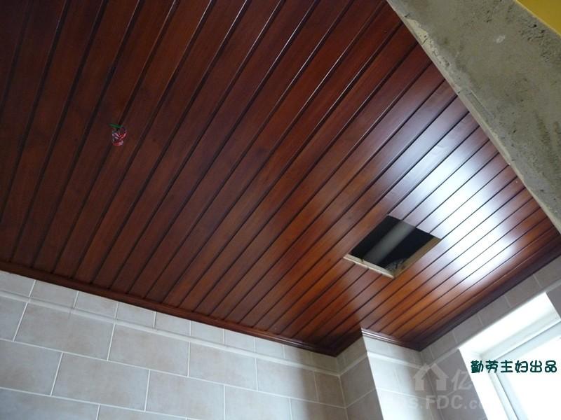 卫生间湿区杉木板吊顶,颜色比较浓郁啊!