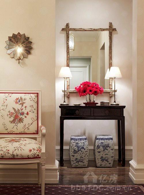妆台的椅子采用青花瓷的造型,兼具实用与美观,壁灯与镜框的颜色图片