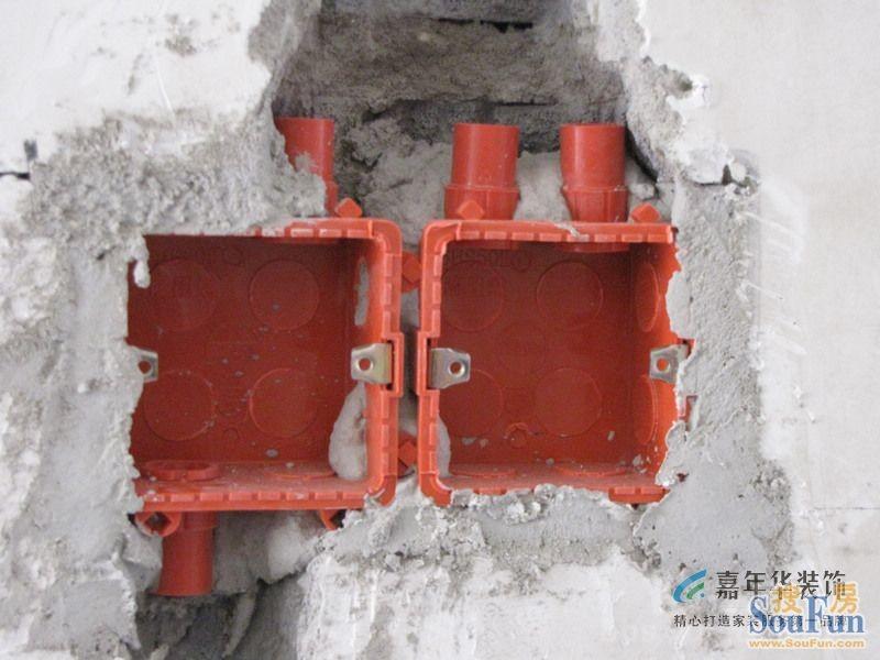 电线保护:线管与接线盒采用锁扣链接,线管与底盒连接牢固且不损伤