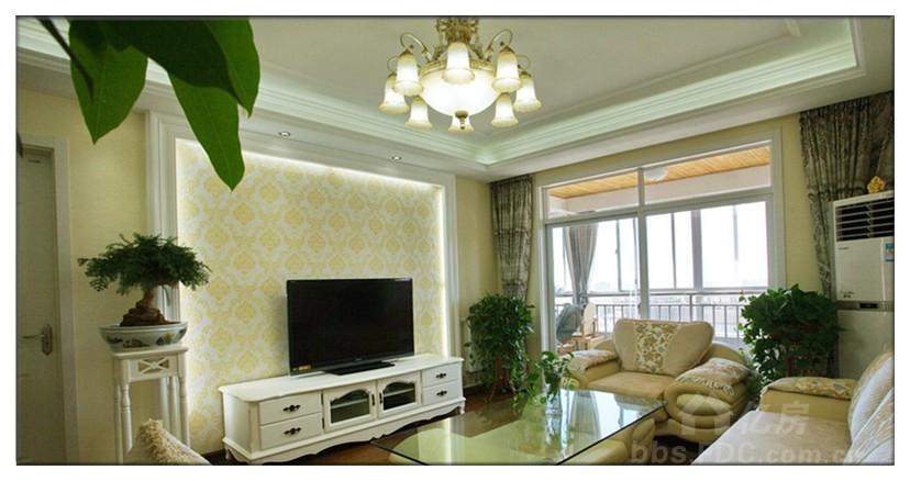 电视背景墙采用的是石膏板造型