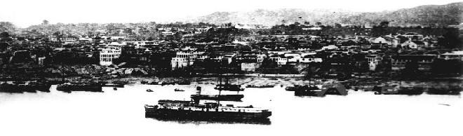 上世纪二三十年代,宜昌一马路至二马路江边及行驶在江中的日本货轮.