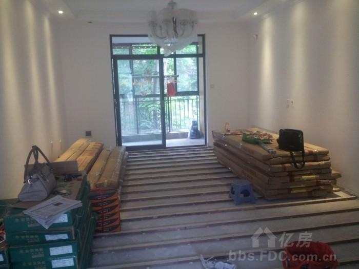 如果铺实木地板,要打地龙的,不会增加地坪高度,如果铺复合地板,在水泥