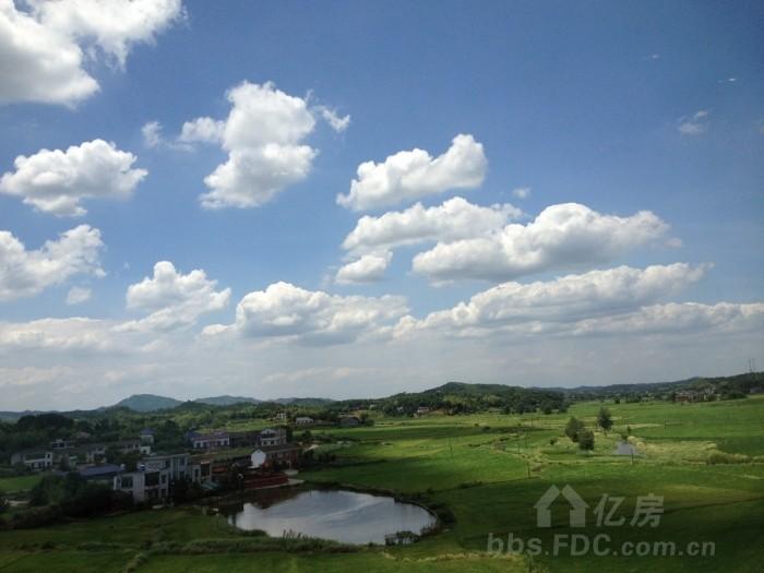 沿途的风景真的好~~美丽的蓝天白云和广阔的田野
