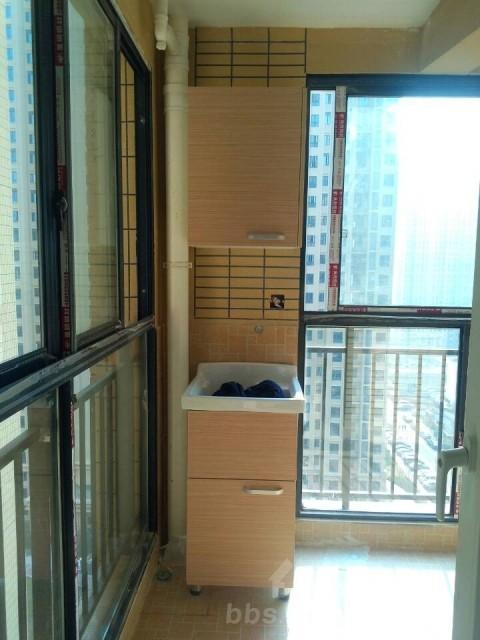 阳台洗衣池和吊柜