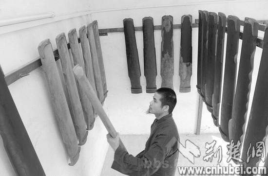 越南博士隐居东湖边     壁上挂着柳体墨宝,木板上刻着古琴减字谱,案
