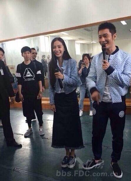 黄晓明Angelababy重庆大学亮相,为《何以笙箫