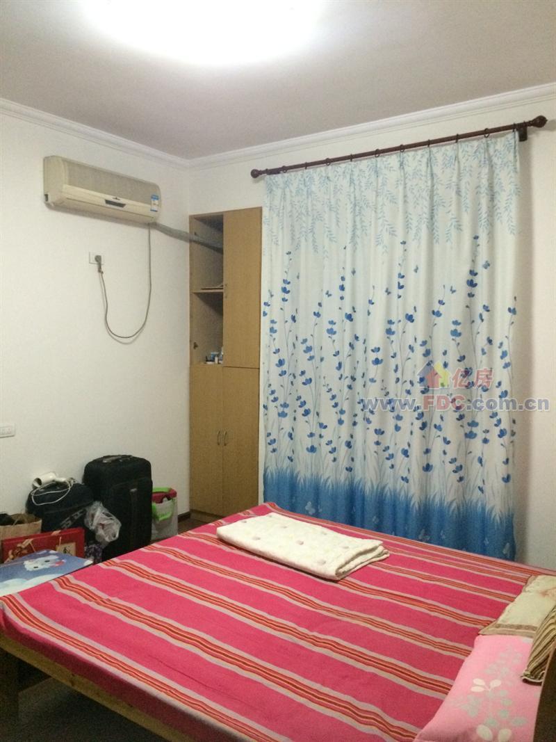 精致25平米实木地板大床房豪华墙体大衣柜主卧