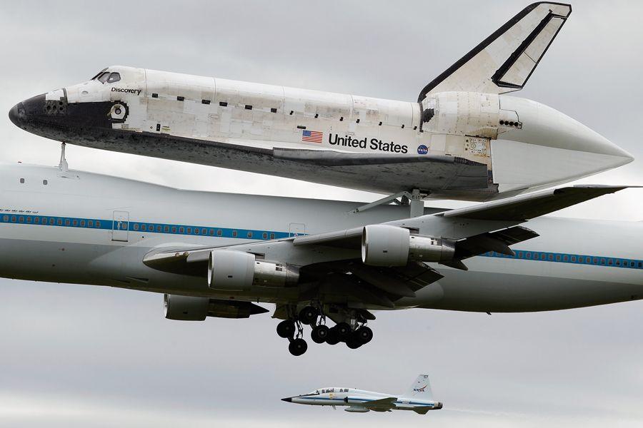 """波音747载""""发现者""""号航天飞机飞往博物馆"""